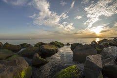 Mechate skały i morze Fotografia Royalty Free