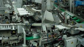 Mechatronics Geautomatiseerde Productie in Fabriek Industriële robot 4 in 1 stock videobeelden