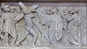 Mechelen - η πέτρινη ανακούφιση Ιησούς φέρνει το σταυρό του στην εκκλησία η κυρία μας πέρα από de Dyle Στοκ φωτογραφίες με δικαίωμα ελεύθερης χρήσης