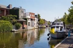 Mechelen - канал и yachst в свете утра стоковые изображения