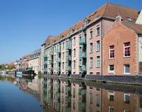 Mechelen - снабжение жилищем около канала в свете утра стоковое фото rf