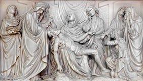 Mechelen - alivio de piedra del Pieta de la deposición de la cruz en iglesia nuestra señora a través de Dyle Fotografía de archivo