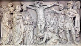 Mechelen - alivio de piedra la crucifixión de Jesús en iglesia nuestra señora a través de Dyle Fotografía de archivo