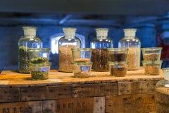 Mechelen Belgien - Maj 02, 2017: Ölingredienser i flaskor - Arkivfoton