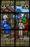 Mechelen - de heilige familie op ruit in st Katharine kerk of Katharinakerk stock fotografie