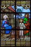 Mechelen - den heliga familjen på fönsterruta i kyrka eller Katharinakerk för st Katharine Arkivbild