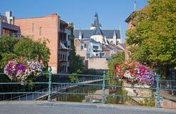 Mechelen - kanal och kyrka av vår dam över Dylen i bakgrund royaltyfri fotografi