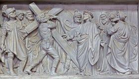 Mechelen - stenlättnad Jesus bär hans kors kyrktar in vår dam över de Dyle Royaltyfria Foton