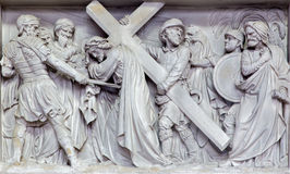 Mechelen - stenlättnad Simon av Cyrene hjälp Jesus som bär hans kors kyrktar in, vår dam över de Dyle Arkivfoton