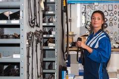 Mecânico com peças sobresselentes Fotos de Stock