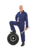Mecánico con la rueda y la llave Foto de archivo libre de regalías