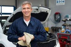 Mecánico de automóviles sonriente Fotografía de archivo libre de regalías