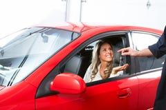 Mecánico de automóviles y una mujer del cliente. Fotos de archivo libres de regalías