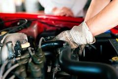 Mecánico de coche en el taller de reparaciones Foto de archivo
