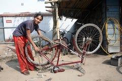 Mecánico en el taller Fotografía de archivo libre de regalías