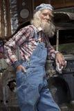 Mecánico mayor que presenta en Car Fotos de archivo