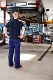 Mecánico que mira el coche Fotografía de archivo