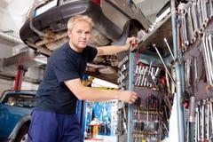Mecánico que trabaja en garage Fotos de archivo libres de regalías