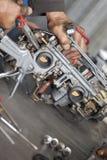 Mecánico real que trabaja en taller de reparaciones auto Fotografía de archivo libre de regalías