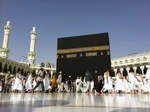MECQUE - 20 FÉVRIER : Une fin vers le haut de vue de circumambul musulman de pèlerins Image stock