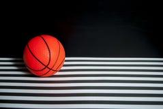 Mecz koszykówki: czarna ściana, lampasy, piłka Zdjęcia Stock