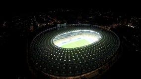 Mecz piłkarski na polu przy iluminującym stadium, nowożytna arena sportowa, antena strzał zbiory wideo