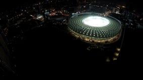 Mecz piłkarski zaczyna przy iluminującym stadium, antena strzał, kamery ruszać się zamknięty zdjęcie wideo