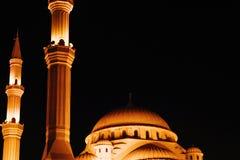Meczet który patrzeje pięknym w ciemnej nocy fotografia stock