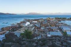 Meczet na ma?ej wyspy p??nocy wyspa otaczaj?ca i w?rodku go Flores Indonesia b??kitnymi czer? kamieniami i morzami jest fotografia stock