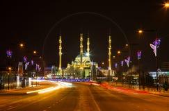 Meczet serce Czeczenia i Grozny miasto przy nocą Obrazy Stock