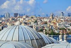 Meczetowe kopuły i Galata wierza Fotografia Stock