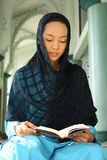 meczetowego muzułmańskiego qur czytelnicza kobieta Zdjęcia Royalty Free