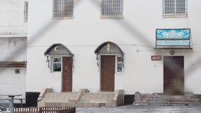 Meczetowy i Ortodoksalny kościół w podwórzu więzienna kolonia Rosja, zima zbiory wideo