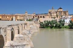 Meczetowy Katedralny los angeles Mezquita i rzymianina most na Guadalquivir rzece w cordobie, Hiszpania, Andalusia region obraz royalty free