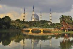 Meczetowy minaret i kopuła z odbiciem Zdjęcie Royalty Free