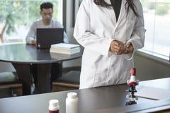 Med学校学生和女性科学家 免版税库存照片