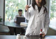 Med学校学生和女性科学家 免版税图库摄影