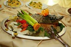 Med Artistically sterleten för den Gefilte fisken som helt bakas, dekoreras en läckerhet från kocken - en maträtt av rådjurskött arkivbild
