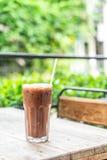 med is chokladexponeringsglas i kafé royaltyfri foto