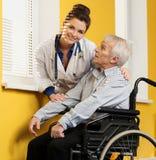 Med den höga mannen i rullstol Fotografering för Bildbyråer