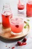 Med is drinkar för rött hallon Arkivbild