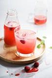 Med is drinkar för rött hallon Arkivfoton