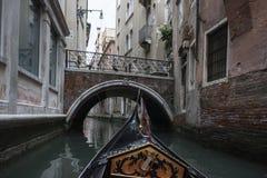 Med en gondol runt om Venedig Fotografering för Bildbyråer