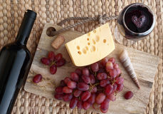 Med ett exponeringsglas av vin arkivfoto