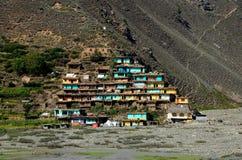 By med färgrika hus på bergssidan Kaghan Valley Pakistan Royaltyfri Foto