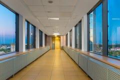 Med fönstren av byggnadskorridoren Arkivfoton
