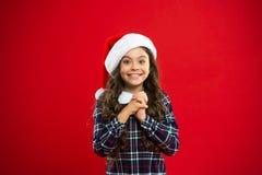 Med förälskelse Liten flickabarn i santa den röda hatten shoppa för jul lycklig ferievinter liten flicka Gåva för Xmas royaltyfria bilder