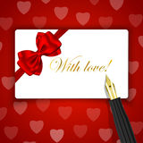 Med förälskelse! ord på lyxigt gåvakort och reservoarpenna på röd hea Arkivfoton