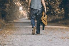 Med gitarren på turen Royaltyfria Foton