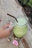 Med is grönt te och mjölkar är läckert Arkivbilder